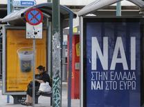 """Un cartel que dice """"Sí, a Grecia, Sí al euro"""" en una parada de autobús en Atenas el 2 de julio de 2015. Los impulsores de los términos del rescate para Grecia tomaron una leve ventaja sobre quienes prefieren la opción """"No"""" que persigue el gobierno, a 48 horas de un referendo que podría determinar el futuro del país dentro de la zona euro, mostró un sondeo. REUTERS/Christian Hartmann"""
