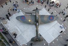 People look at a Mk.1 Spitfire, donated by American entrepreneur and philanthropist, Thomas Kaplan, on display outside the Churchill War Rooms in London, Britain July 3, 2015.   REUTERS/Peter Nicholls
