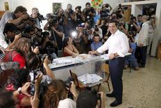 """El primer ministro griego Alexis Tsipras deposita su voto en un local de votación en Atenas. 5 de julio de 2015. Los griegos votaron abrumadoramente que """"No"""" en un referendo sobre un rescate financiero de sus acreedores, desafiando las advertencias en toda Europa de que un rechazo a nuevas medidas de austeridad a cambio de ayuda financiera podría poner al país en un curso de salida de la zona euro. REUTERS/Christian Hartmann"""