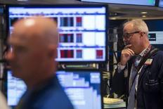 """Les marchés américains ont ouvert dans le rouge lundi après le week-end prolongé de la Fête de l'Indépendance, au lendemain de la victoire massive du """"non"""" en Grèce lors du référendum sur les propositions des créanciers internationaux à Athènes. Quelques minutes après le début des échanges, l'indice Dow Jones perd 0,87%, le Standard & Poor's 500 recule de 0,84% et le Nasdaq Composite cède 0,91%. /Photo prise le 1er juillet 2015/REUTERS/Lucas Jackson"""