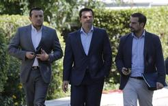 Prêmio grego, Alexis Tsipras (centro), ao lado do ministro de Estado, Nikos Papas, e do porta-voz do governo, Gabriel Sakelaridis. 06/07/2015 REUTERS/Christian Hartmann