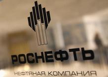 Табличка с названием компании в офисе Роснефти в Санкт-Петербурге 18 октября 2012 года. Роснефть и бразильская PetroRio получили согласие от Национального агентства Бразилии по нефти, природному газу и биотопливу на покупку компанией Rosneft Brasil дополнительно 55 процента в проекте Солимойнс, сообщила Роснефть в понедельник. REUTERS/Alexander Demianchuk