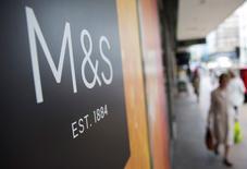 Le distributeur britannique Marks & Spencer (M&S) a fait état mardi d'une baisse de ses ventes hors alimentation au premier trimestre de son exercice fiscal, un revers après le retour à la croissance enregistré sur les trois mois précédents. Ses ventes hors alimentation, qui regroupent l'habillement, la chaussure et l'équipement de la maison, ont diminué de 0,4% sur les 13 semaines au 27 juin dans les magasins ouverts depuis plus d'un an. /Photo prise le 20 mai 2015/REUTERS/Neil Hall