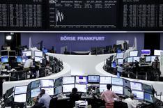 Operadores trabajando en la bolsa de Fráncfort, 7 de julio de 2015. Las bolsas europeas abrieron estables el martes tras caer en la sesión previa, en una jornada en la que los inversores estarán enfocados en las negociaciones sobre la crisis de deuda griega en una cumbre de la zona euro más tarde en el día. REUTERS/Staff/remote