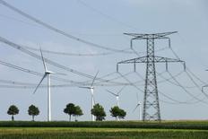 En région Picardie. Le rythme des implantations d'éoliennes en France doit s'accélérer pour permettre au pays d'atteindre ses objectifs en matière d'énergies renouvelables, a estimé mardi l'association professionnelle France Energie Eolienne. /Photo prise le 31 juillet 2014/REUTERS/Benoit Tessier