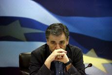 El ministro de Finanzas griego, Euclid Tsakalotos, durante una ceremonia en Atenas el 6 de julio de 2015. Las propuestas que el nuevo ministro de Finanzas de Grecia presentará al Eurogrupo el martes no varían significativamente de los planes de reforma que los griegos rechazaron en el referendo del domingo, informó el martes el diario alemán Sueddeutsche Zeitung. REUTERS/Yannis Behrakis