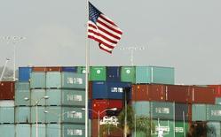 Port de Los Angles. Le déficit commercial des Etats-Unis s'est creusé au mois de mai en raison d'une contraction des exportations qui pourrait accentuer les inquiétudes face à la faible demande à l'international et la fermeté du dollar. /Photo d'archives/REUTERS/Lucy Nicholson