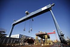 Les chantiers navals STX de Saint-Nazaire (Loire-Atlantique) ont inauguré mardi leur usine dédiée aux énergies marines renouvelables, concrétisant une diversification opérée il y a cinq ans, au moment de la pire crise de leur histoire. /Photo prise le 17 février 2015/REUTERS/Stéphane Mahé