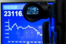 Una pantalla electrónica muestra un gráfico del índice Hang Seng a través de una cámara, en una agencia de la bolsa en Hong Kong, el 8 de julio de 2015. Las acciones de China cayeron el miércoles a mínimos de cuatro meses luego de que los inversores atemorizados se deshicieron de valores de manera generalizada, aún cuando el Gobierno anunció medidas de apoyo durante la sesión para detener la caída en picada. REUTERS/Tyrone Siu