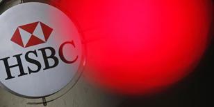 Логотип HSBC в Париже 15 июня 2015 года. HSBC уволил сотрудников в Великобритании, которые засняли на видео имитацию обезглавливания коллеги в стиле Исламского государства и опубликовали ролик в интернете.  REUTERS/Christian Hartmann