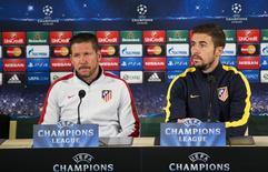 Gabi (direita) ao lado do técnico do Atlético de Madri, Diego Simeone, durante entrevista coletiva em Malmo.   03/11/2014   REUTERS/Andreas Hillergren/TT News Agency