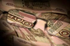 Рублевые купюры в Москве 17 февраля 2014 года. Рост индекса потребительских цен в России за период с 30 июня по 6 июля составил 0,1 процента на фоне повышения с 1 июля тарифов естественных монополий, сообщил Росстат. REUTERS/Maxim Shemetov