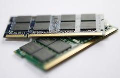 Les ventes de semiconducteurs à travers le monde devraient représenter 348 milliards de dollars (315 milliards d'euros) en 2015, soit une hausse de 2,2% par rapport à l'année précédente, estime le cabinet Gartner. /Photo d'archives/REUTERS/Nicky Loh