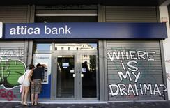 Les banques grecques resteront fermées jusqu'à lundi prochain et le plafond de retrait sera maintenu d'ici là à 60 euros par jour et par personne,  /Photo d'archives/REUTERS/John Kolesidis