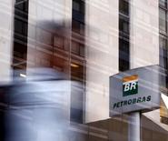 El logo de Petrobras en la sede de la compañía en Sao Paulo, 23 de abril de 2015. El Senado de Brasil creó en la noche del miércoles un panel para estudiar un proyecto de ley que pondría fin a los derechos y responsabilidades financieras de Petrobras sobre el desarrollo de una región petrolera costa afuera clave, posponiendo una votación prevista sobre la medida. REUTERS/Paulo Whitaker