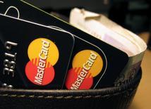 La Commission européenne a informé jeudi le groupe américain MasterCard qu'elle le soupçonnait d'infraction aux règles de la concurrence. /Photo d'archives/REUTERS/Jonathan Bainbridge
