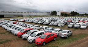 Carros novos estacionados em montadora em Taubaté.    19/06/2015  REUTERS/Paulo Whitaker