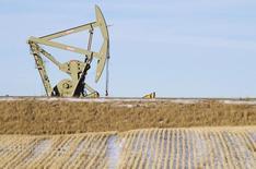 Una unidad de bombeo de crudo operando en Williston, EEUU, ene 23 2015. Los precios del petróleo Brent subían más de 2 dólares, a 59 dólares por barril, el jueves, impulsados por alentadores datos económicos de Alemania, un mercado bursátil más firme y una sólida demanda de gasolina.   REUTERS/Andrew Cullen