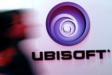 Ubisoft, parmi les valeurs à suivre à la Bourse de Paris, a publié jeudi soir pour le premier trimestre 2015-2016 un chiffre d'affaires de 96,6 millions d'euros en baisse de 73,2% par rapport à celui de 2014-2015 qui avait profité de la sortie du jeu d'action Watch Dogs mais supérieur à l'objectif de 80 millions que s'était fixé le groupe qui a confirmé ses visées annuelles. /Photo d'archives/REUTERS/Jonathan Alcorn