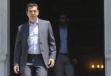 El primer ministro griego, Alexis Tsipras, pidió el viernes a sus diputados de Syriza que respaldasen un plan fiscal a cambio de la ayuda de los acreedores internacionales, dijo un responsable del gobierno, en un último intento para evitar el colapso financiero del país. En la imagen, Tsipras saliendo de su oficina oficial de la Mansión Maximos en Atenas el 9 de julio de 2015.  REUTERS/Alkis Konstantinidis