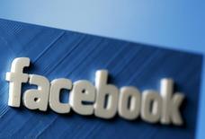 Una representación 3D del logo de Facebook, en una ilustración fotográfica tomada en Zenica, 13 de mayo de 2015. Facebook Inc mantuvo conversaciones con compañías discográficas en busca de acuerdos para insertar videos musicales en las cuentas de los usuarios de la red social, reportó el viernes el diario New York Times. REUTERS/Dado Ruvic
