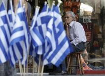 Vendedor espera por clientes do lado de fora de loja em Atenas. 10/07/2015   REUTERS/Christian Hartmann