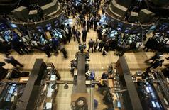 La Bourse de New York a fini en nette hausse vendredi, amplifiant le rebond entamé la veille grâce aux espoirs d'un dénouement heureux du dossier grec. Le Dow Jones a gagné 1,21%, à 17.760,41. /Photo d'archives/REUTERS/Brendan McDermid