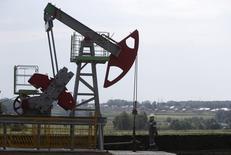 Станок-качалка на Сергеевском нефтяном месторождении, принадлежащем Башнефти, в Башкортостане. 11 июля 2015 года. Цены на нефть снижаются, так как Иран близок к договоренности с шестеркой стран о своей ядерной программе. REUTERS/Sergei Karpukhin