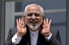 Министр иностранных дел Ирана Мохаммад Джавад Зариф общается с журналистами с балкона гостиницы Palais Coburg, где проходят переговоры о иранской ядерной программе. Вена, 10 июля 2015 года. Шестерка мировых держав и Иран могут вскоре достигнуть исторической договоренности о ядерной программе Тегерана, если исламское государство согласится на несколько последних условий, сообщил в воскресенье источник, близкий к главе МИД Германии Франку-Вальтеру Штайнмайеру. REUTERS/Carlos Barria