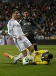Goleiro do Espanyol Casilla disputa bola com Cristiano Ronaldo, do Real Madrid. 28/01/2014 REUTERS/Juan Medina