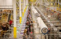 Unos empleados trabajando en la bodega de Amazon en Tracy, EEUU, nov 30 2014. Los inventarios empresariales de Estados Unidos subieron modestamente en mayo, sugiriendo que el reabastecimiento probablemente no contribuirá al crecimiento económico en el segundo trimestre. REUTERS/Noah Berger