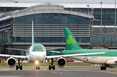 International Consolidated Airlines Group (IAG), qui réunit British Airways et Iberia, a obtenu le feu vert des autorités européennes de la concurrence au rachat de la compagnie aérienne irlandaise Aer Lingus pour 1,3 milliard d'euros après avoir accepté certaines concessions. /Photo prise le 27 janvier 2015/REUTERS/Cathal McNaughton