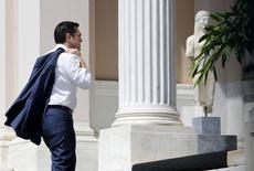 Primeiro-ministro da Grécia, Alexis Tsipras, chega ao seu gabinete , em Atenas. 13/07/ 2015. REUTERS/Jean-Paul Pelissier