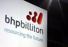 BHP Billiton, le premier groupe minier mondial, a annoncé qu'il comptabiliserait une dépréciation de deux milliards de dollars US (1,8 milliard d'euros) dans ses comptes annuels au titre de ses activités de gaz de schiste aux Etats-Unis.  /Photo d'archives/REUTERS/David Gray