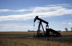 Una unidad de bombeo de petróleo, vista cerca de Denver, Colorado, 2 de febrero de 2015. Los precios del petróleo caían el miércoles a medida que los inversores asimilaban el probable impacto de un aumento en las exportaciones de crudo iraní en momentos de un fuerte exceso de suministros en el mercado. REUTERS/Rick Wilking
