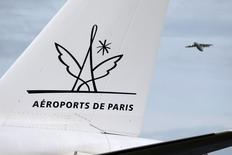 Aéroports de Paris a annoncé mercredi une progression limitée à 0,5% de son trafic en juin avec un total de 8,6 millions de passagers accueillis, dont six millions à Roissy-Charles de Gaulle (+1,5%) et 2,6 millions à Paris-Orly (-1,4%). /Photo d'archives/REUTERS/Charles Platiau