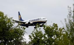 Ryanair a annoncé mercredi son intention de transférer un avion, ses pilotes et ses équipes de Billund, un aéroport de l'ouest du Danemark, vers d'autres bases et de supprimer certaines lignes depuis cet aéroport, après que les syndicats eurent annoncé leur intention de poursuivre leur action sur le chapitre des conditions de travail.  /Photo prise le 26 mai 2015/REUTERS/Andrew Yates