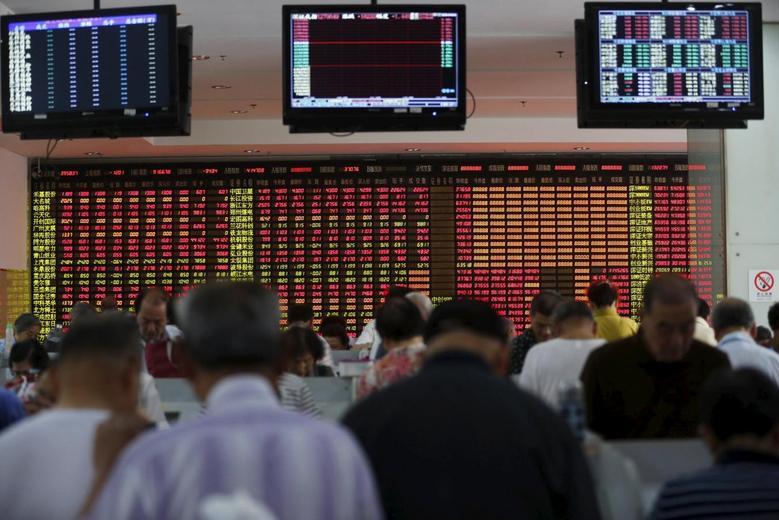 7月14日上海一家券商营业厅内股民正在查看股票信息。REUTERS/Aly Song