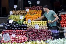 Un vendedor de fruta en un mercado en el centro de Atenas, el 7 de julio de 2015. La inflación en la zona euro se suavizó en junio, confirmó el jueves la oficina de estadísticas de la Unión Europea, debido a una caída de los costos de la energía y a una ralentización en el alza de los precios de los alimentos y los servicios tras el avance registrado en mayo. REUTERS/Jean-Paul Pelissier