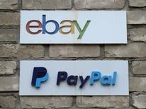 Таблички с логотипами eBay и PayPal в Торонто. 5 апреля 2015 года. Чистая выручка онлайн-ритейлера eBay Inc увеличилась во втором квартале на 7 процентов за счет повышения спроса на услуги платежной системы PayPal Holdings Inc, которая в пятницу будет выделена в отдельный бизнес. REUTERS/Chris Helgren