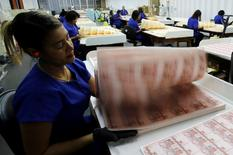 Trabajadores revisan plantillas de billetes en la Casa de la Moneda brasileña en Río de Janeiro, ago 23 2012. El Tesoro de Brasil anunció el jueves que ejercerá una opción para recomprar todos los bonos globales con vencimiento en 2040, que tienen un valor nominal de 1.156 millones de dólares. REUTERS/Sergio Moraes