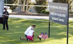 Glenna e Steve Mooneyham depositam flores e bandeiras dos Estados Unidos na placa de uma instalação militar norte-americana alvo de ataque, em Chattanooga, no Tennessee, EUA, nesta quinta-feira. 16/07/2015 REUTERS/Tami Chappell