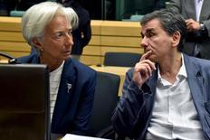 """Christine Lagarde avec le ministre grec des Finances Euclide Tsakalotos. La directrice générale du Fonds monétaire international (FMI) a déclaré qu'une restructuration de la dette grecque était nécessaire pour en alléger le fardeau et la rendre soutenable. Dans une interview à Europe 1 diffusée vendredi, Christine Lagarde a indiqué que le FMI ne participerait au nouveau plan de sauvetage du pays que s'il était """"complet"""". /Photo prise le 12 juillet 2015/REUTERS/Eric Vidal"""