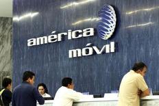 En la foto, el logo América Móvil en las oficinas del grupo en Ciudad de México, 13 de febrero de 2013. El gigante mexicano de las telecomunicaciones América Móvil reportó el jueves una caída del 25.4 por ciento de su utilidad neta del segundo trimestre, golpeada principalmente por pérdidas cambiarias y mayores costos. REUTERS/Edgard Garrido