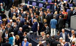 Le Bundestag, la chambre basse du parlement allemand, a autorisé vendredi le gouvernement d'Angela Merkel à négocier un troisième plan d'aide à la Grèce. Les députés allemands ont accordé par 439 voix contre 119 et 40 abstentions un mandat en ce sens à la chancelière. /Photo prise le 17 juillet 2015/REUTERS/Axel Schmidt