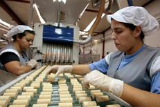 Oeneo annonce le rachat du groupe portugais Piedade, spécialisé dans la production de bouchons en liège, qui permettra au groupe français de créer un pôle dans ce domaine avec une part de marché mondial estimée à près de 20% ./Photo d'archives/REUTERS