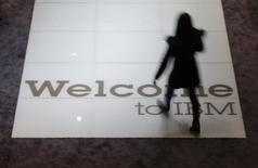 Una mujer camina sobre una señal de bienvenida en el stand de IBM en la feria CeBIT en Hanover, 15 de marzo de 2015. REUTERS/Morris Mac Matzen