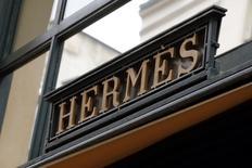 Hermès voit  sa croissance organique atteindre 9,7% au deuxième trimestre, grâce notamment à la poursuite d'une très forte dynamique au Japon. /Photo d'archives/REUTERS/Philippe Wojazer