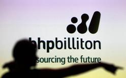 BHP Billiton annonce avoir dépassé ses objectifs de production de minerai de fer sur son exercice 2015 clos le 30 juin et dit anticiper une poursuite de sa croissance cette année grâce à ses projets d'expansion. Le groupe minier fait cependant savoir que ses résultats annuels seront impactés par une dépréciation allant jusqu'à 650 millions de dollars US (594 millions d'euros) liée principalement à ses activités dans le cuivre.  /Photo d'archives/REUTERS/Tim Wimborne