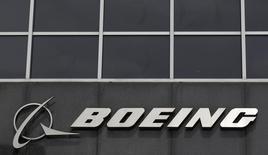 Boeing a annoncé mercredi une baisse de 33% de son bénéfice trimestriel, affecté par une lourde charge sur un projet d'avion ravitailleur militaire, et a revu en baisse sa prévision de bénéfice sur l'ensemble de l'année 2015.  /Photo d'archives/REUTERS/Jim Young